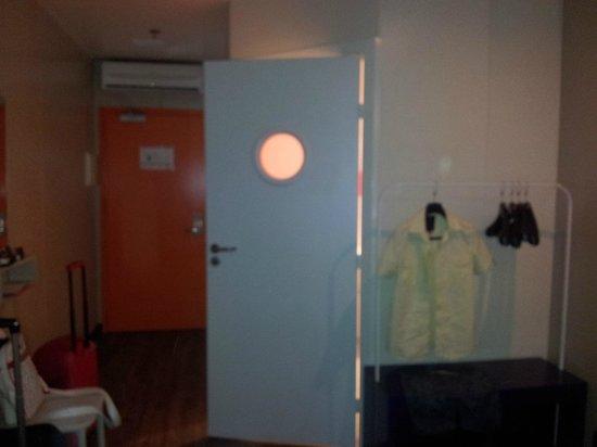 iStay Hotel Porto Centro: Habitación y perchero básico