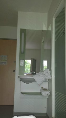 Ibis Budget Liège: évier, douche à droite
