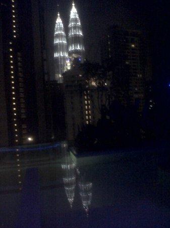 หอคอยกัวลาลัมเปอร์: di notte dall'hotel