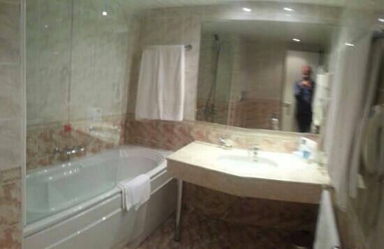 Grand Hotel Plovdiv: Panorámica del baño