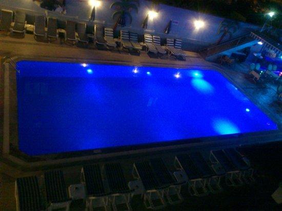 Hotel Lavinia Apart: Pool at night
