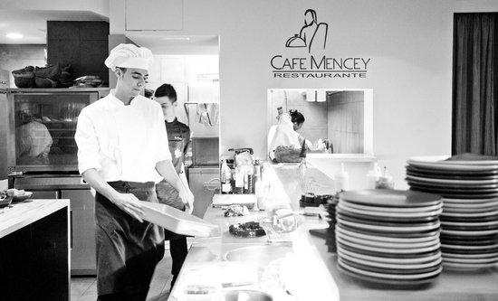 Restaurante Cafe Mencey: Working in the kitchen