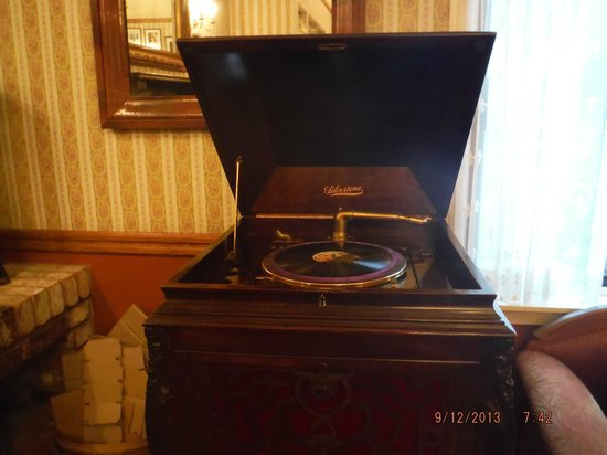 Hill House Inn: old phonograph