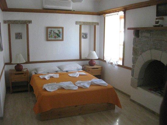Old Datca Houses Mini Hotel: Rummeligt værelse med lille køkken