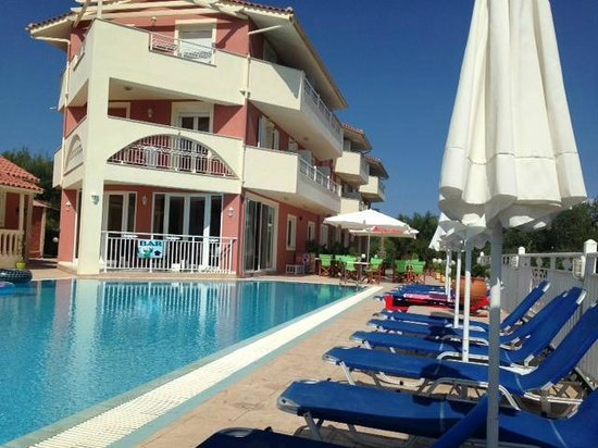 Zante Pantheon Hotel: Pool area with clean sunbeds!