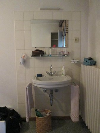 Hotel Central: il lavabo in camera da letto