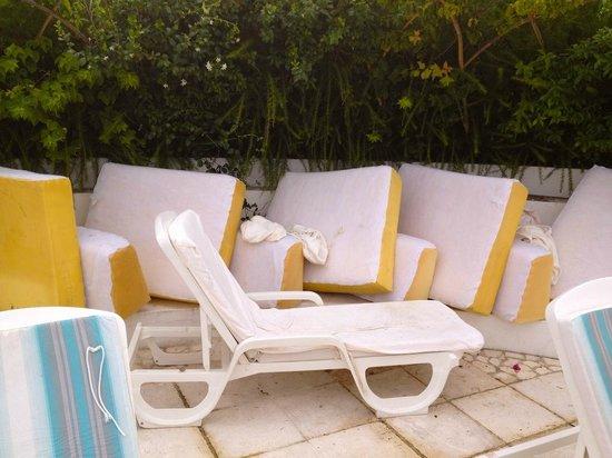 Hotel Pulicinu: Poolbereich um 12 Uhr... wie immer nicht geputzt & vorbereitet