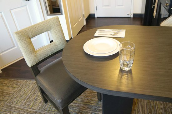 Candlewood Suites Harrisburg Hershey : Dining area in Suites