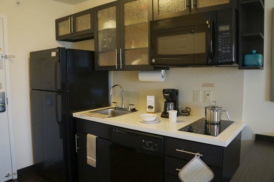 Candlewood Suites Harrisburg Hershey : Kitchenette in Suites