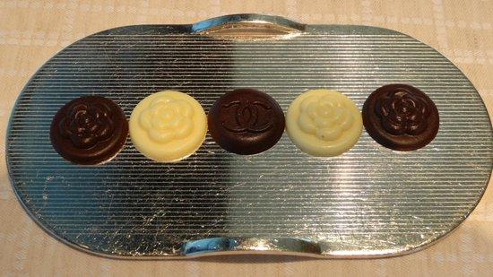 Beige Alain Ducasse Tokyo: Chocolats / Mignardises