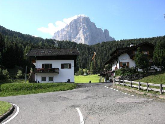 Hotel Belaval: Sassolungo : strada tra Belaval e Selva di Val Gardena