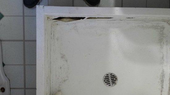 Log Cabin Resort : Shower liner peeling away from side of base