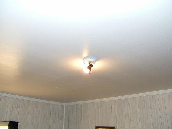 Hawthorne Motel: Bare light bulb