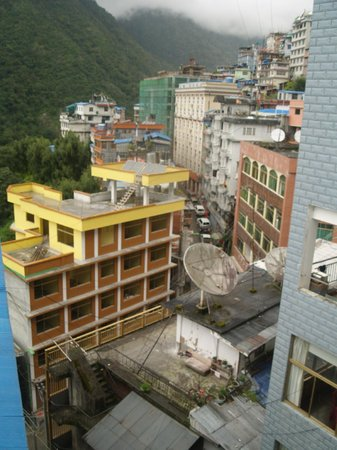 Zhangmu Caiyuan Hotel: view from corridor near room 214