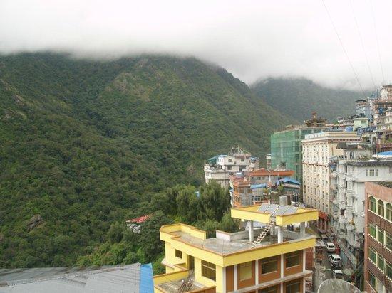 Zhangmu Caiyuan Hotel: view from corridor room 214