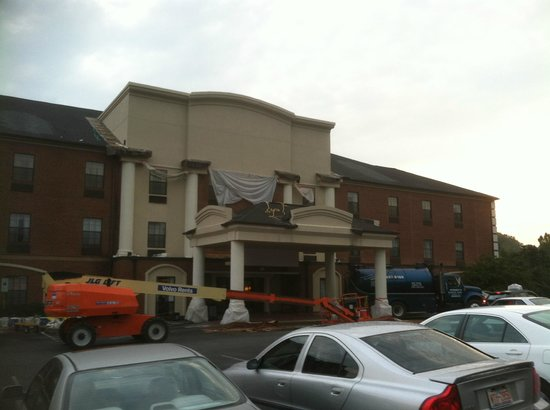 Wingate by Wyndham High Point: Place is a mess!