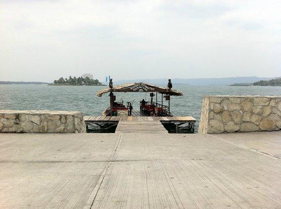Hotel Casa Amelia: Dock and lake view from Restaurant Casa Amelia