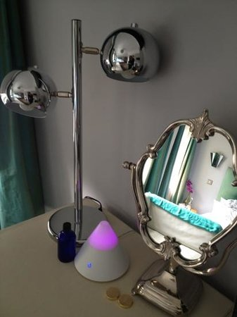The Oriental : Dressing table & aromatherapy diffuser