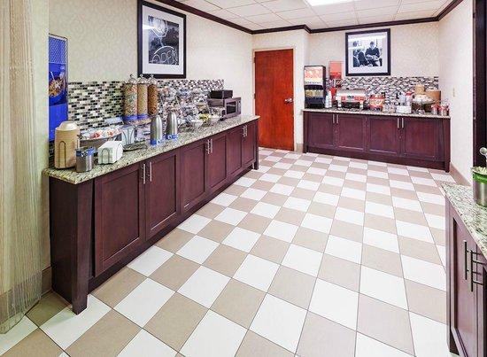 Hampton Inn Conway: Breakfast Bar