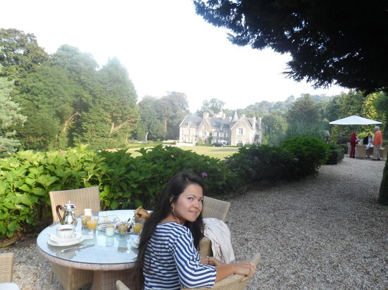 Chateau-Hotel Manoir de Kertalg : Breakfast on the patio, so serene