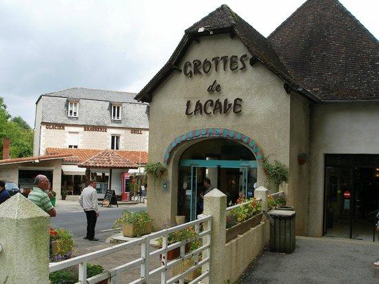 Hotel Brasserie Lacave : Hçtel face aux Grottes