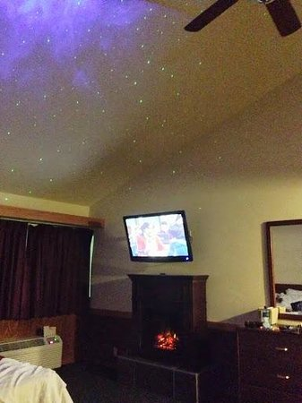 Round Barn Lodge: the sstarry night projecting onto the ceiling and fake fireplace