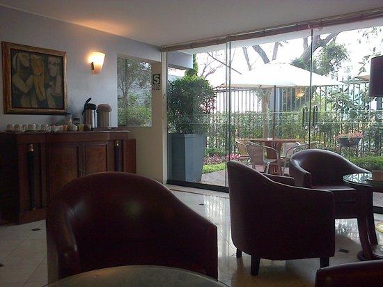 Hotel Runcu Miraflores: Lobby del hotel con periódicos del dia y café gratis