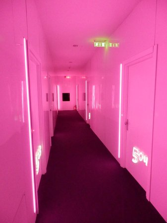 Plaza V & Plaza V Executive Hotel: Floor with pink ilumination