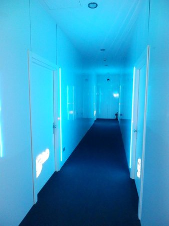 Plaza V & Plaza V Executive Hotel: Floor with blue ilumination