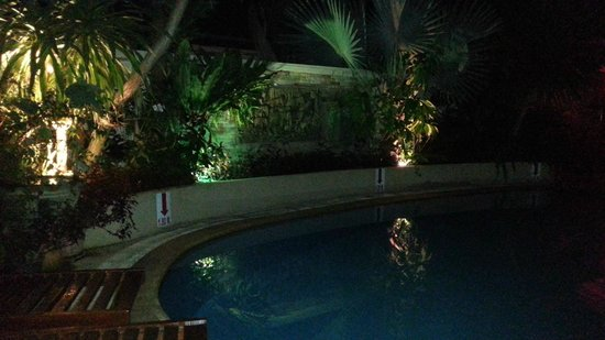 Palmview Resort Patong Beach: Pool am Abend