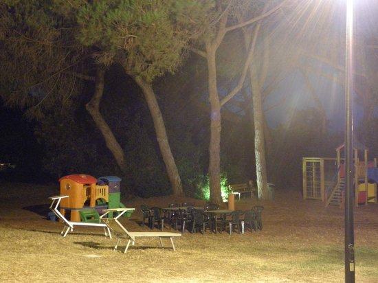 Residence Pineta: grande prato interno attrezzato per i bambini