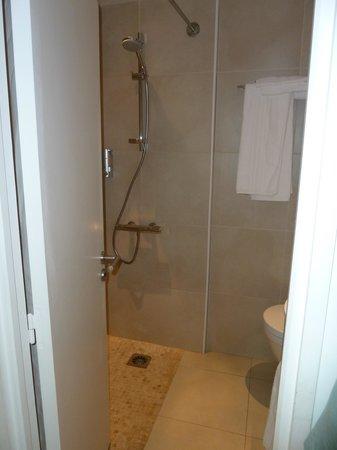 Hôtel de la Plage - HDLP : Douche de la chambre 15