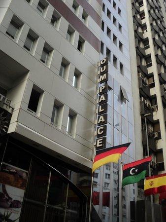 Oum Palace Hotel : Ingang hotel aan drukke straat