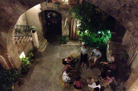 Fauzi Azar Inn by Abraham Hostels: Courtyard by night