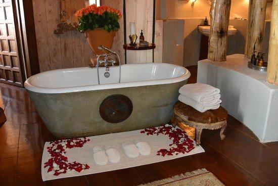 andBeyond Ngorongoro Crater Lodge: bathtub