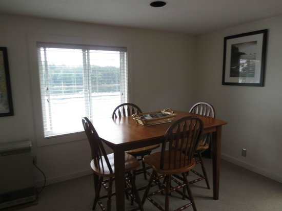 Quahog Bay Inn in Harpswell, Maine : Osprey #2 Dinning area