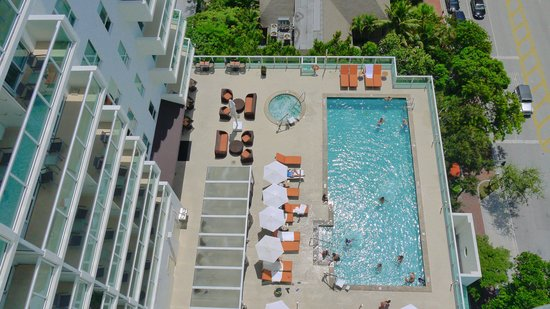 Sonesta Coconut Grove Miami: View down to the pool
