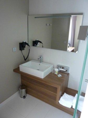 Mercure Cholet Centre : Salle de bains