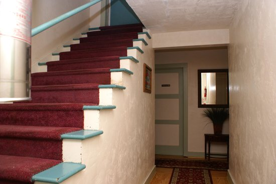 Riverwood Inn: Such an 'intriguing place'... stairway down to the rooms...very, very nice