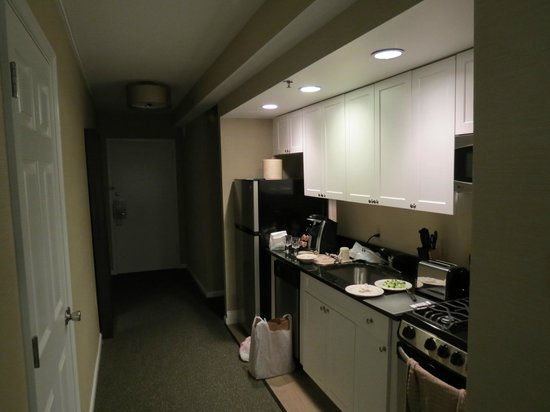 The Windsor Suites: Cuisine et hall