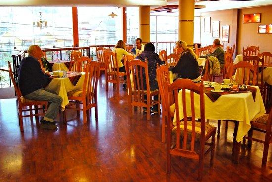 LLUVIA Restaurant : Nuestros amigos disfrutando de un buen desayuno