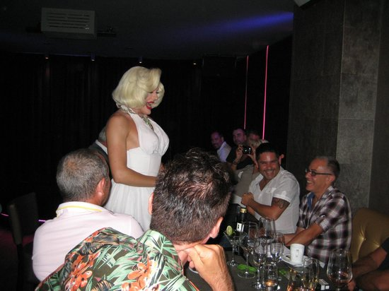 Queenz: Marylin serenades the diners