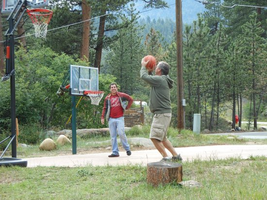 Pine Haven Resort: Shooting hoops