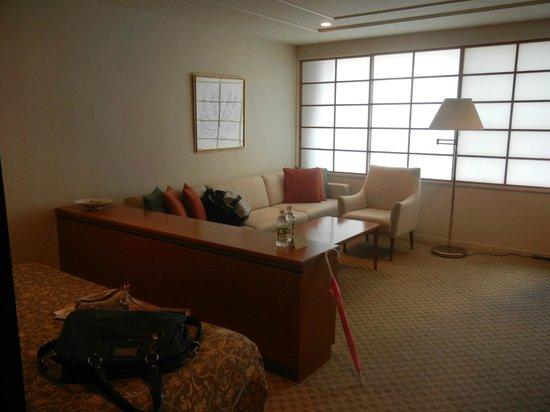 Kitano Arms: Geräumiges Zimmer mit älterer Ausstattung