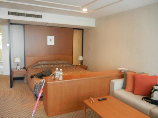 Kitano Arms: Wohnzimmer und Bett