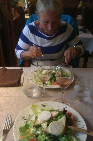 Hôtel Restaurant Le Sauvage: Slaatje met geitekaas met lekker glaasje Macon rose