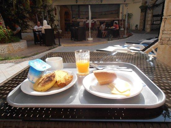 The Atlantic Hotel: My breakfast poolside