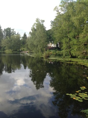Gilpin Hotel & Lake House: The lodge from the other side of the Gilpin Lake