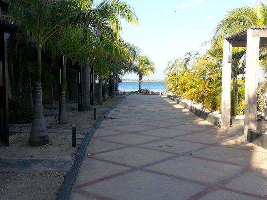 Eden Beach Resort : Pad naar het strand