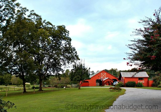 Sunrise Farm Bed and Breakfast: The barn (basketball hoop out front)